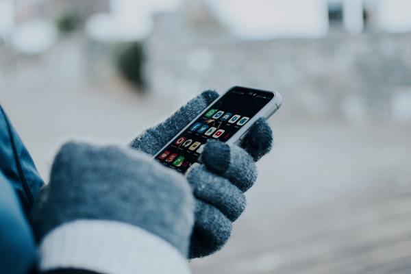 Hand pekar på mobil. Foto: Mostphotos